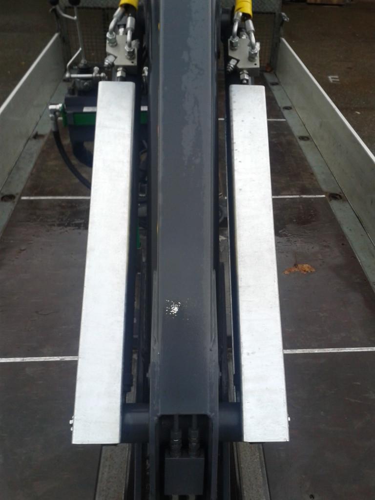 Kolbenstangenverbau der beiden Knickzylinder