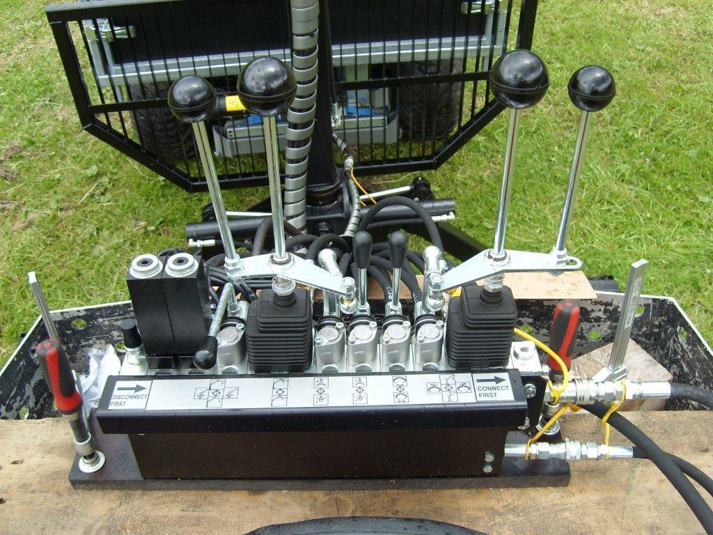 Steuerblock mit Drehhebelsteuerung ,  Kipperventil, Elektrische Ventile für 4WD und Kranwinde mit Mechanischer Bedienung von 4WD und Kranwinde